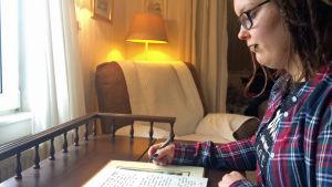 Tuhkimotarinoiden Eijan tytär Viivi kirjoittaa äidilleen kirjeen.