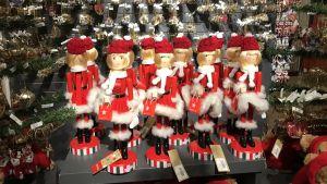 Amerikansk jul i överflöd, julgransprydnader, figurer, statyetter, på hyllorna i varuhus iNew York