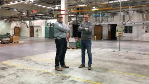 Sami Vekkeli och Vesa-Matti Marjamäki i en tom fabrikshall i Strömfors.