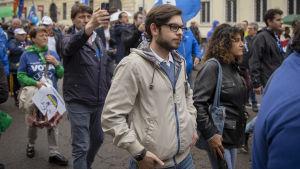 Peter Guidi vandrar i centrum av Milano tillsammans med andra Lega-sympatisatörer.