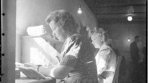 Välähdyksiä keskuskenttäpostikonttorin no: 5 toiminnasta: Sensuuri vaativassa ja mielenkiintoisessa työssään. Harlu 1.9.1944