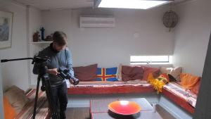Fotograf Mikko filmar Stugor innifrån sommarstugan kallad Klostret.