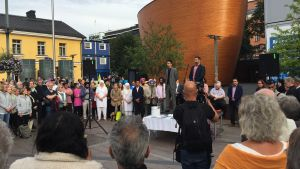Minnesstund på Narinken för offren i knivattacken i Åbo.