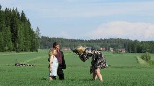 Laura Malmivaara kuvaa Tuhkimotarinoiden Lindaa ja Timoa pellolla