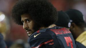 Fotbollsspelaren Colin Kaepernick har sedan år 2016 protesterat mot polisvåld i USA genom att sitta ner under nationalsången.