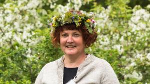 Kvinna med en midsommarkrans på huvudet.