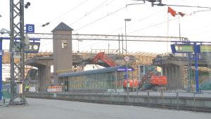 En järnvägsbro rivs.