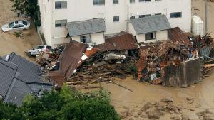 Ett hus har kollapsat i Hiroshima.