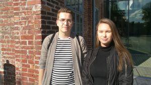Johannes Öst och Janina Pollari står på Arkens innergård.