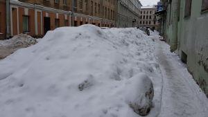 Snön tornar upp sig i Sankt Petersburgs centrum