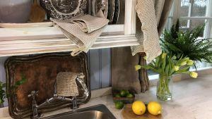 Keittiönurkka ja tiskiteline ja pyyheet
