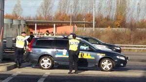 Fordon granskas vid svenska gränsen