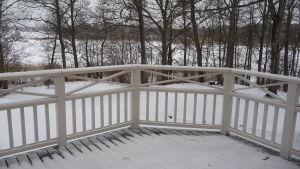Villa Snäcksund, terrass fotograferad inifrån. Vinter, utsikt över hav (is).