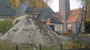 Grävningsarbeten görs vid Jakobstads kyrka i samband med installation av sprinklersystem
