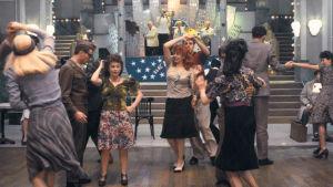 Tanssisalissa tanssitaan. Kuva Ettore Scolan elokuvasta Tanssit (Le Bal).