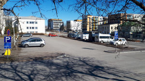 En parkeringsplats med några bilar.
