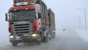 Långtradare i snöyra på riksväg 8.