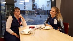 Elisabeth Sundström och Joanna Ahlö vid lunchbordet.