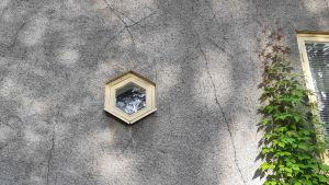 Ett sexkantigt fönster på Askersgården.