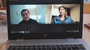 Två män i videosamtal, fotade på datorskärm.