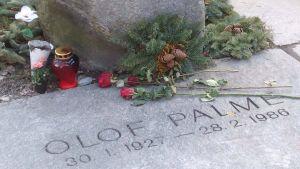 Palme är begravd på kyrkogården vid Adolf Fredriks kyrka, som ligger i samma kvarter som mordplatsen.