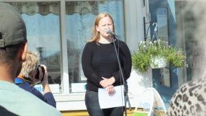 Lina Teir håller tal på demonstration.