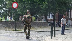 En soldat patrullerar på en gata i Bryssel