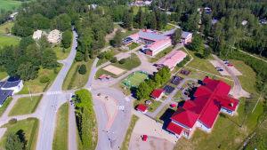 Helikopterbild av Höjdensskola i Tenala, daghemmet syns också på bilden