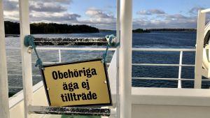 """""""Obehöriga äga ej tillträde"""" står det på stegen ombord på skärgårdsfärja"""