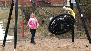 Birgitta Udd gungar ett barn.