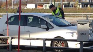 polisen kontrollerar id-handlingar vid svenska gränsen