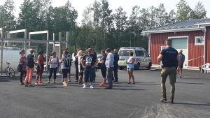 Passagerar från M/s Mässkär väntar på busstransport vid Ådö fiskehamn.