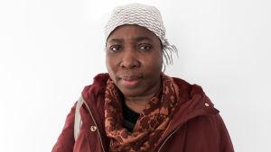 Yassah Wuellah Mulbah kom till Finland från Liberia år 1997. Hon talar finska men har haft svårigheter att få jobb. Hon har flera gånger försökt fortsätta sina studier utomlands för att hon inte har känt att det finns möjligheter för henne i Finland