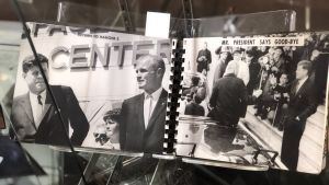 Astronautens fotoalbum, med bilder på president Kennedy, till salu på Sotheby´s.