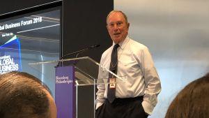 76-åriga miljardären Michael Bloomberg i talarstol.