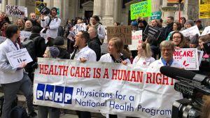Hälsovård en mänsklig rättighet, är texten på läkarnas banderoll, bibliotekstrappan, New York
