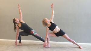 Yogainstruktörerna Tina och Anna gör en övning som hör till den så kallade bikramyogan.