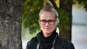 Roller derbyspelaren Malou Winther Lindholm i höstlandskap.