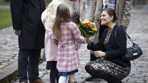 Kronprinessan Victoria tar emot blommor i samband med ett seminarium på Hanaholmen