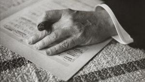 Sibeliuksen käsi nuottien päällä