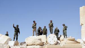 Syriska styrkor som återintog Palmyra förra veckoslutet har funnit en massgrav då de finkammade staden på jakt efter minor.