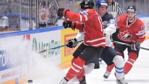 Patrik Laine fick extrauppvaktning av Kanada matchen igenom.