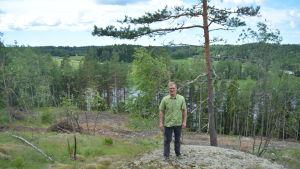 Jukka Henttu från föreningen Flowriders  med den nya terrängcyklingsbanan i bakgrunden.
