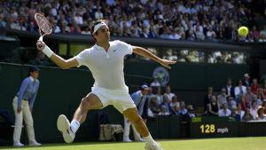 Roger Federer håller koll på bollen i Wimbledon.