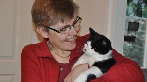 Carola Blomqvist-Lönnberg och katten Pysen