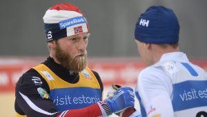 Martin Johnsrud Sundby och Matti Heikkinen skakar hand, februari 2017.