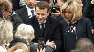 Emmanuel Macron och hans fru Brigitte Trogneux har röstat i presidentvalet.