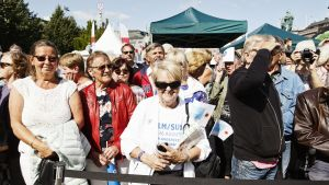 Människor står och köar för att komma in till festivalområdet Sthlm-Suomi i Stockholm.