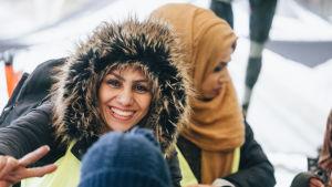 Två glada kvinnor i slöja och vinterhuva