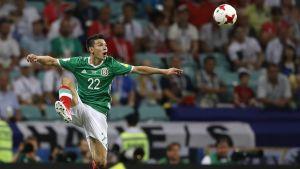 Hirving Lozano tar emot bollen i luften